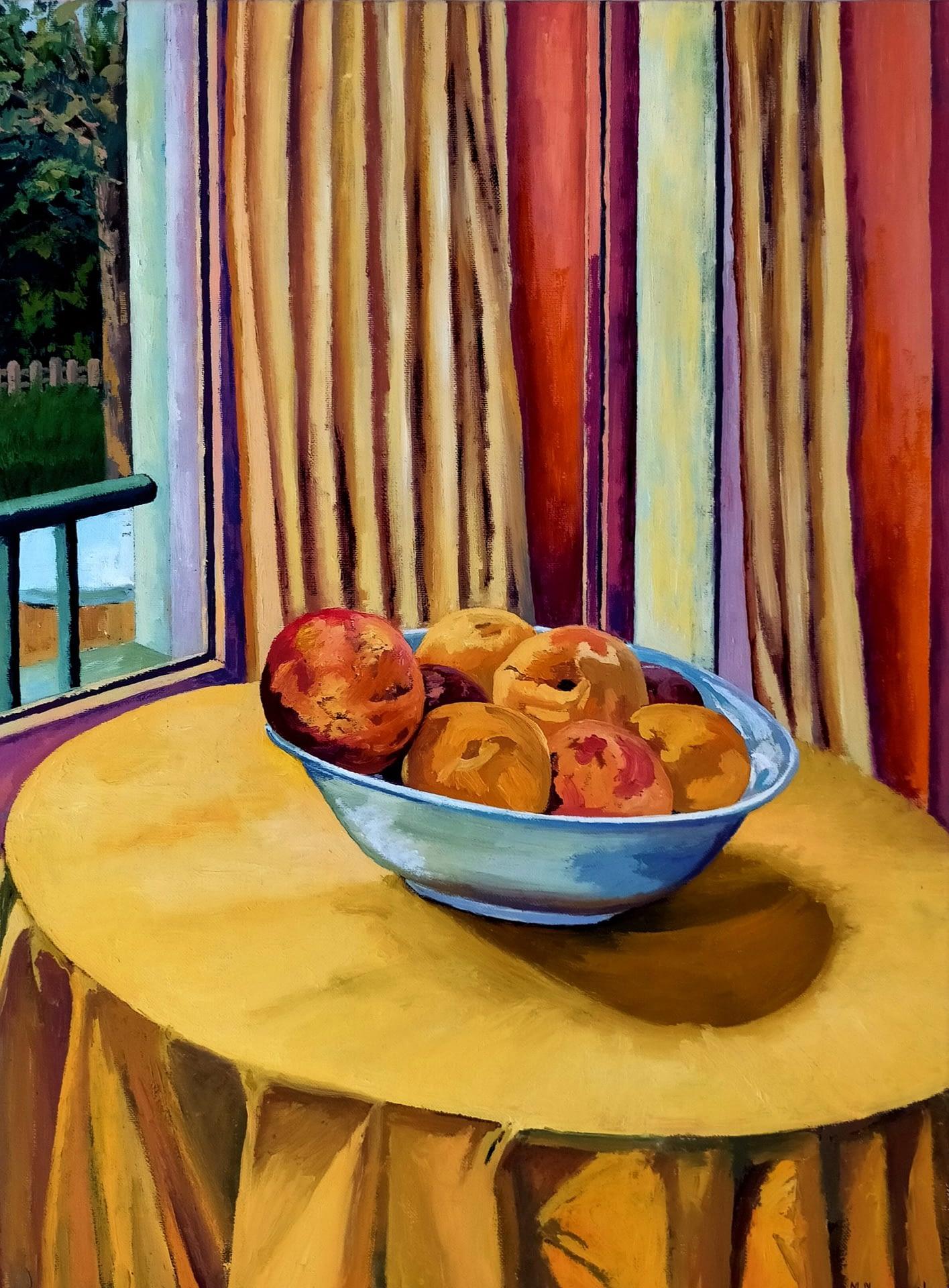 Melocotones sobre mesa amarilla